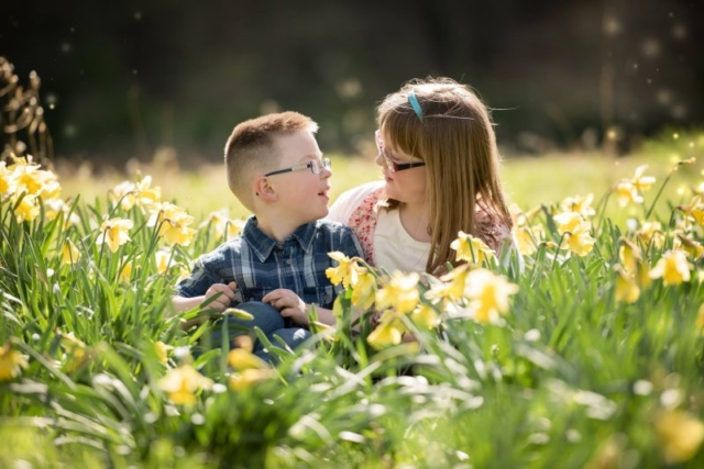 Family photographer Edinburgh - brother and sister in the daffodils, Edinburgh